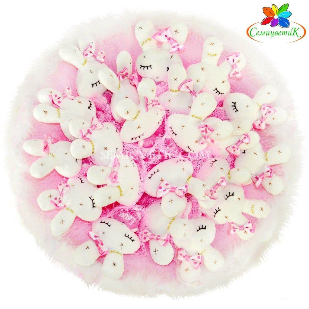 Букет из игрушек зайцы спящие в перьях 21 шт., розовый фото