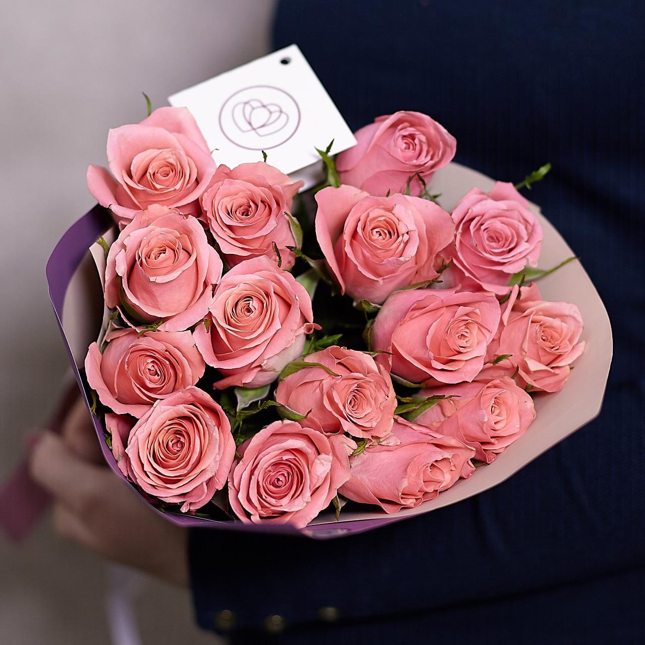 Букет из 15 розовых роз 40 см Premium в дизайнерской пленке фото