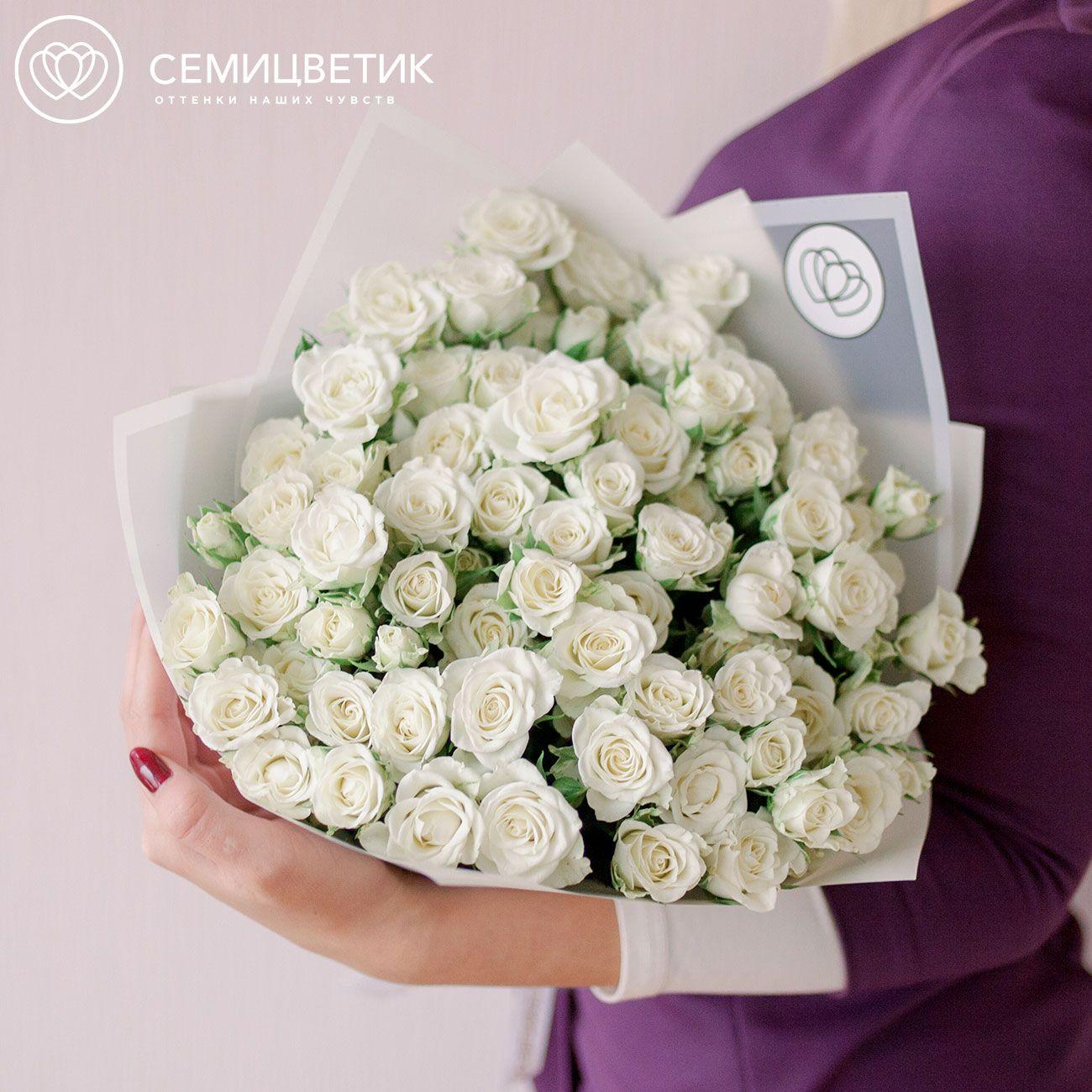 Букет из 25 белых кустовых роз Snowflake 40 см в дизайнерской пленке фото