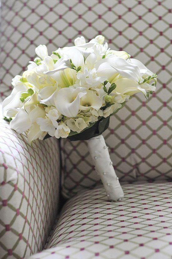 Свадебный букет из калл, кустовых роз и фрезии фото