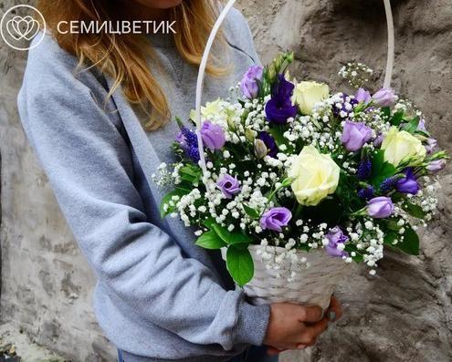 Композиция из розы, лизиантуса и гипсофилы фото