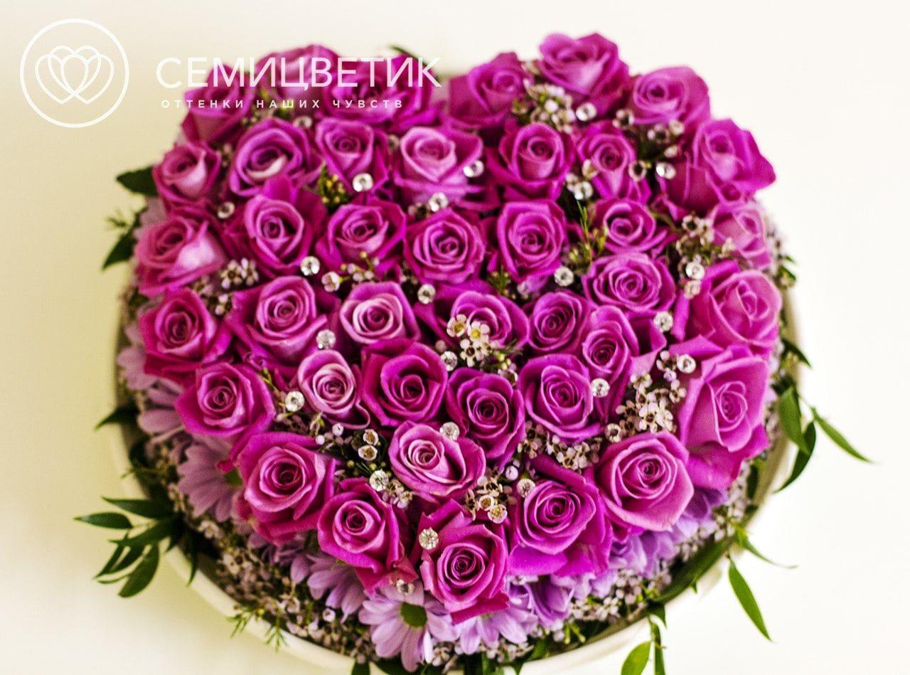 Композиция сердце из 51 розы Аква и кустовой хризантемы фото