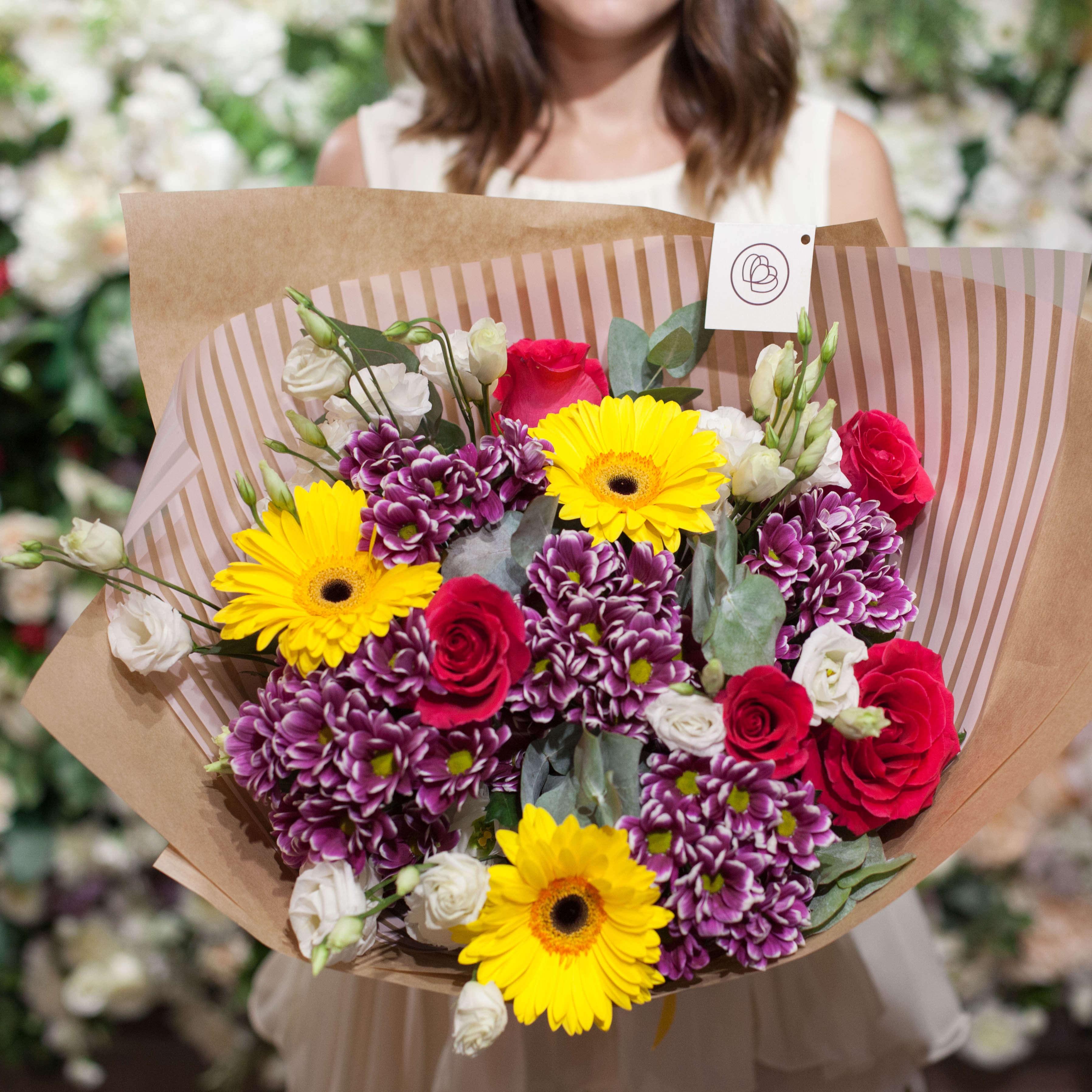 Букет из гербер, хризантем и лизиантуса фото