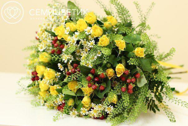 Букет из кустовой розы, матрикарии и гиперикума фото