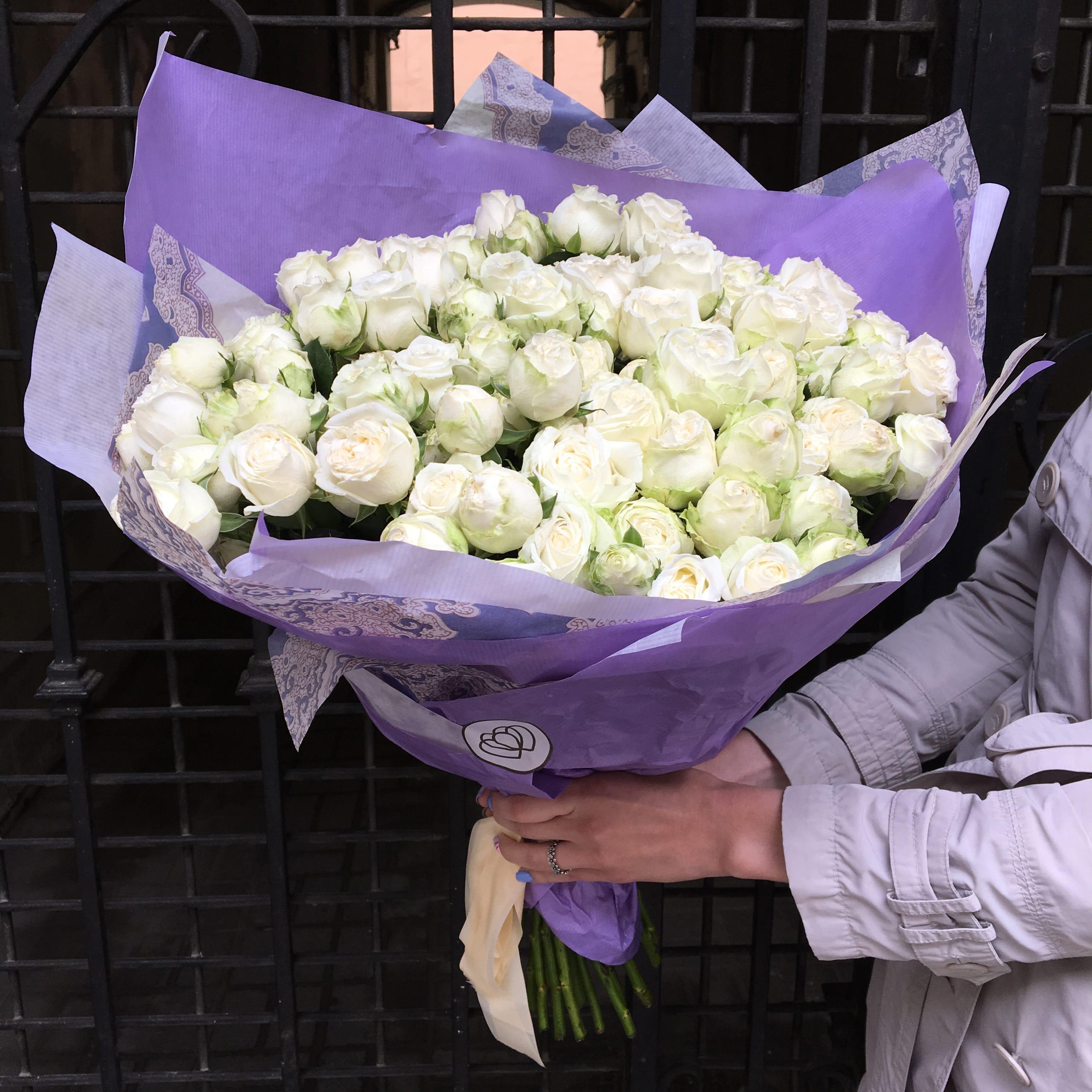25 кустовых пионовидных роз Miss Bombastic 50 см фото