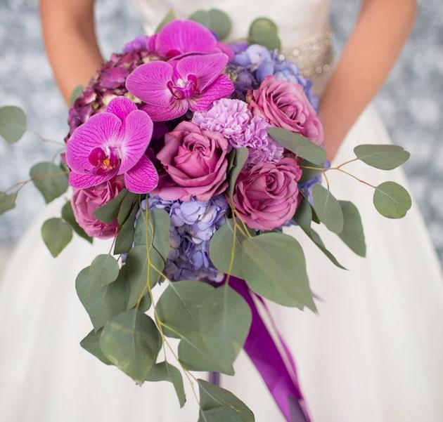 Свадебный букет из орхидеи фаленопсис, роз и гортензии фото