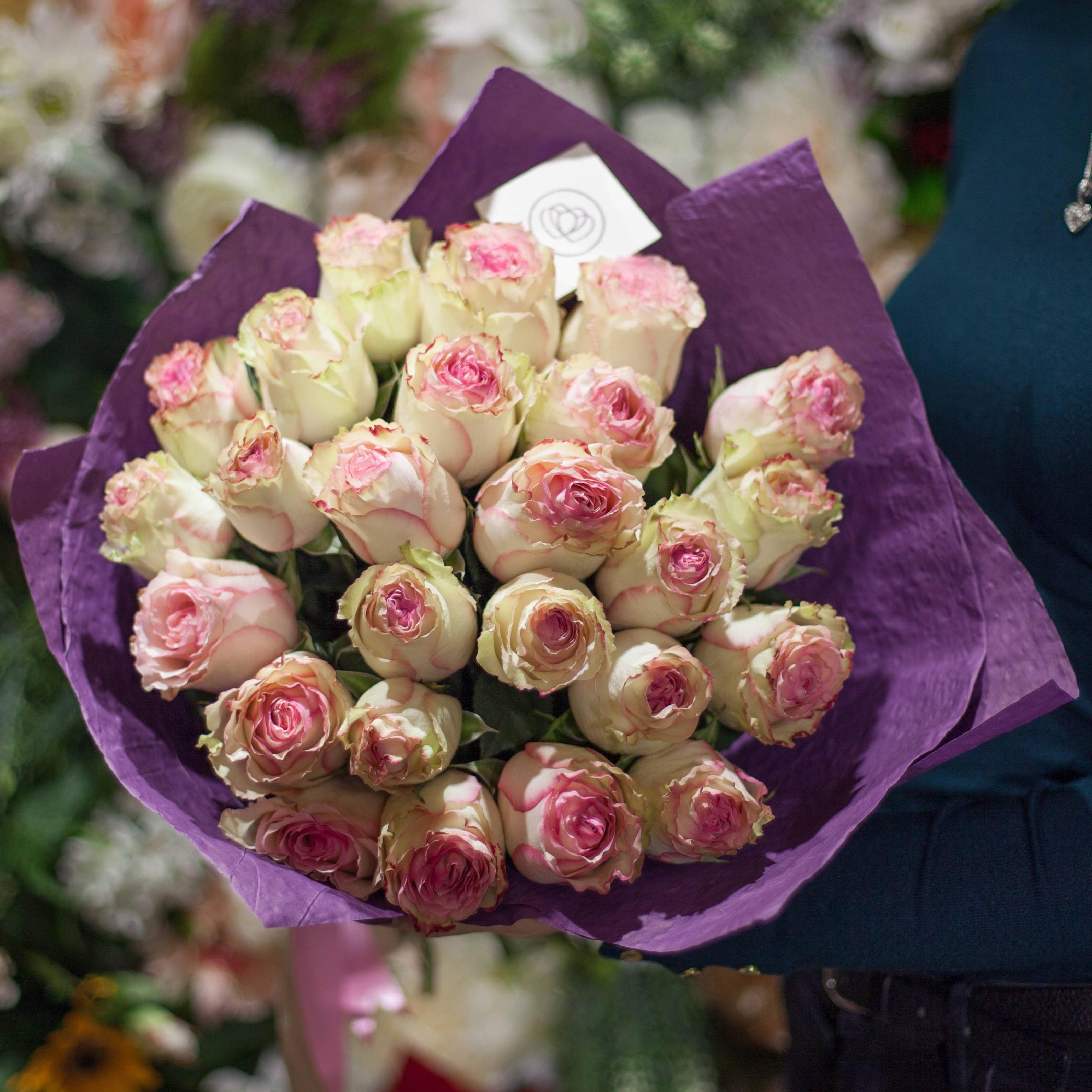 25 розово-фисташковых роз Esperance 50 см фото