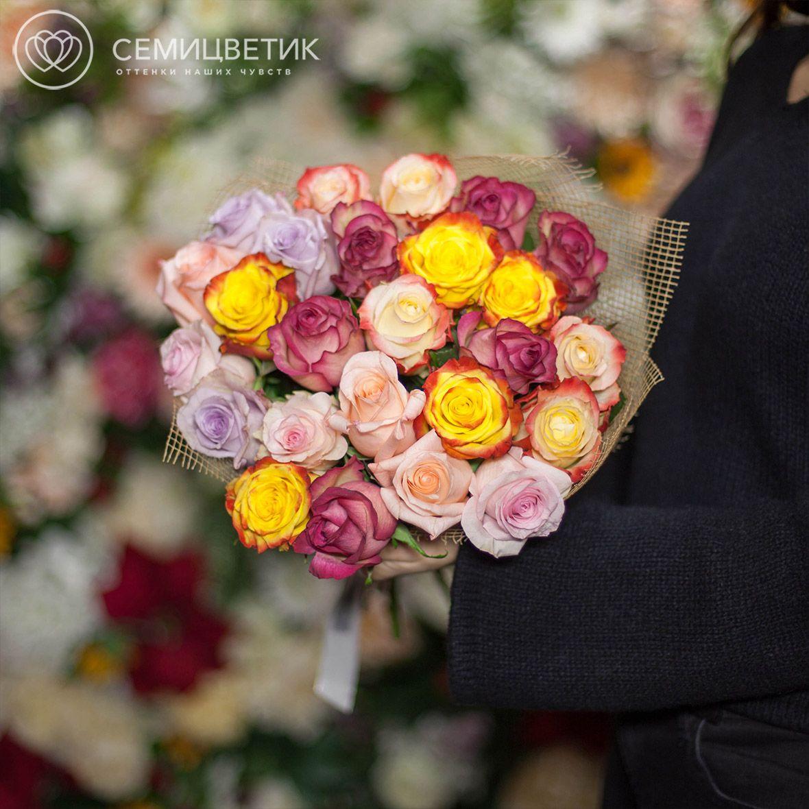Букет из 25 роз микс в ярких тонах 50 см в дизайнерской пленке фото