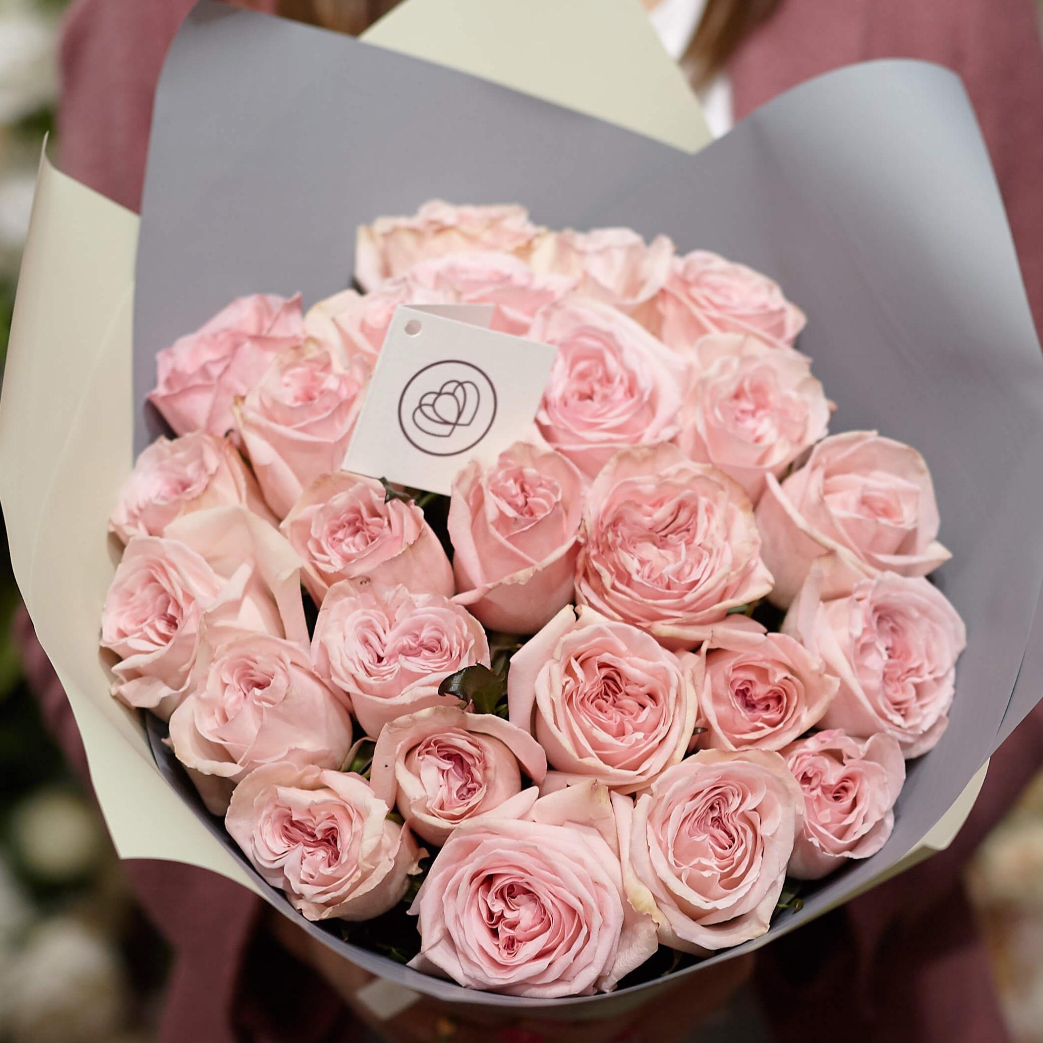 25 пионовидных роз Pink O'Hara 40 см в дизайнерской упаковке фото