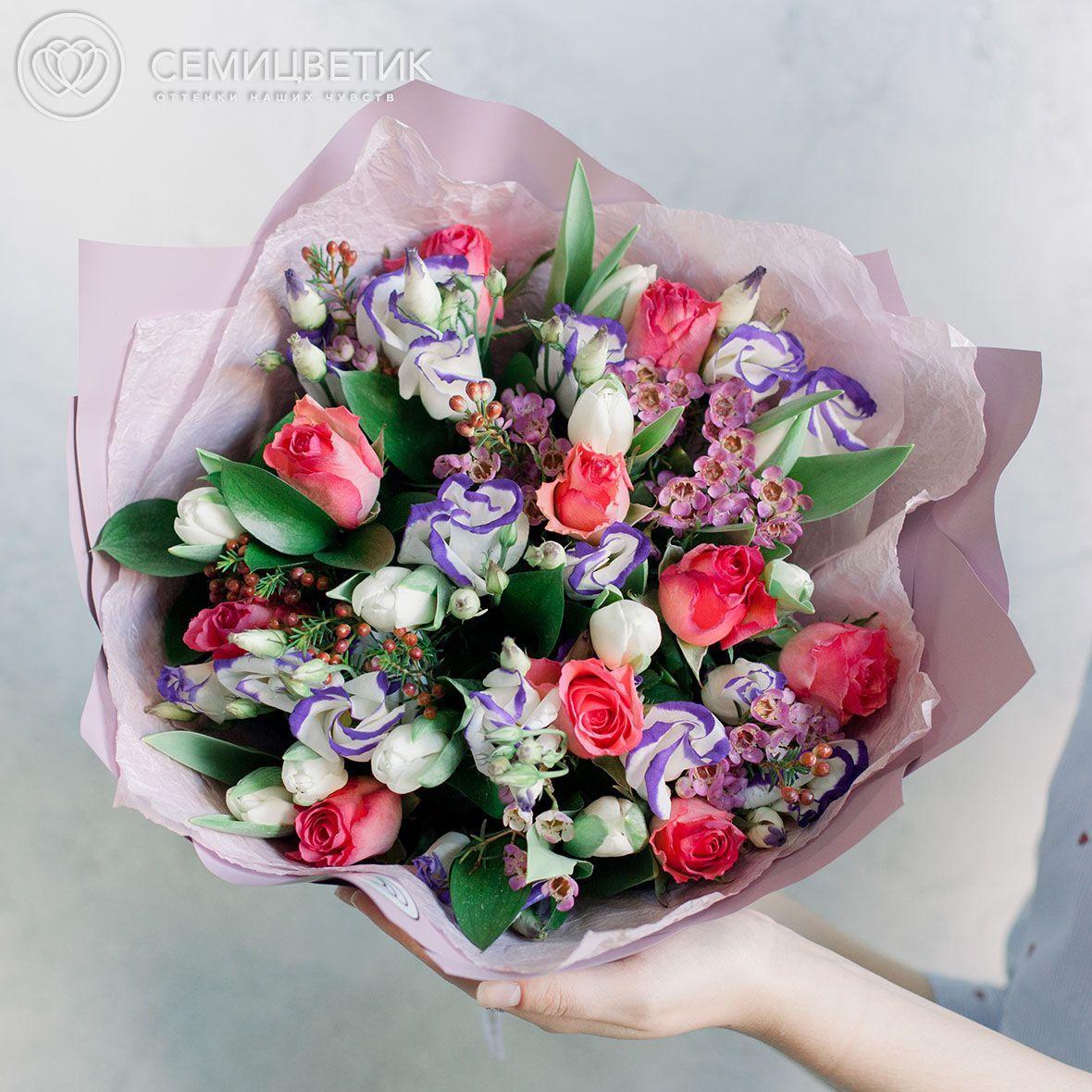 Букет из тюльпанов, фрезии и розы кенийской фото