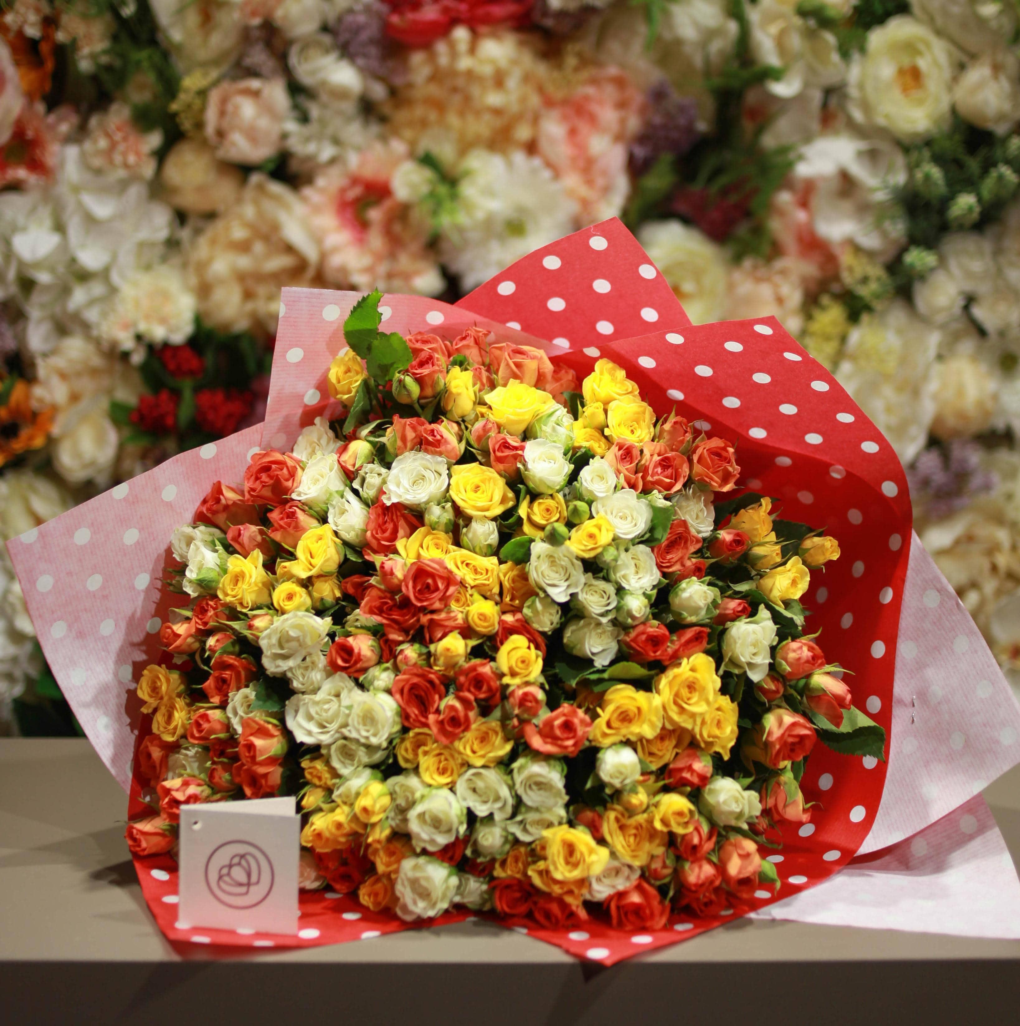 101 кустовая разноцветная роза 40 см фото