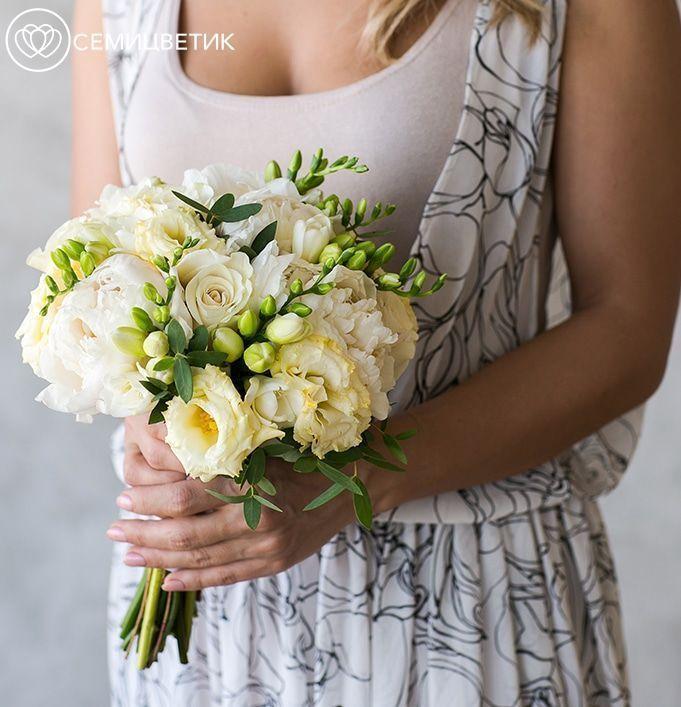 Свадебный букет из пионов, роз и фрезии фото