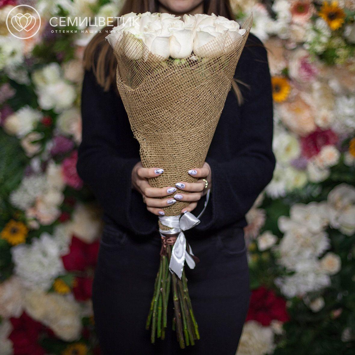 Букет из 15 белых роз Vendela 70 см в натуральной упаковке фото