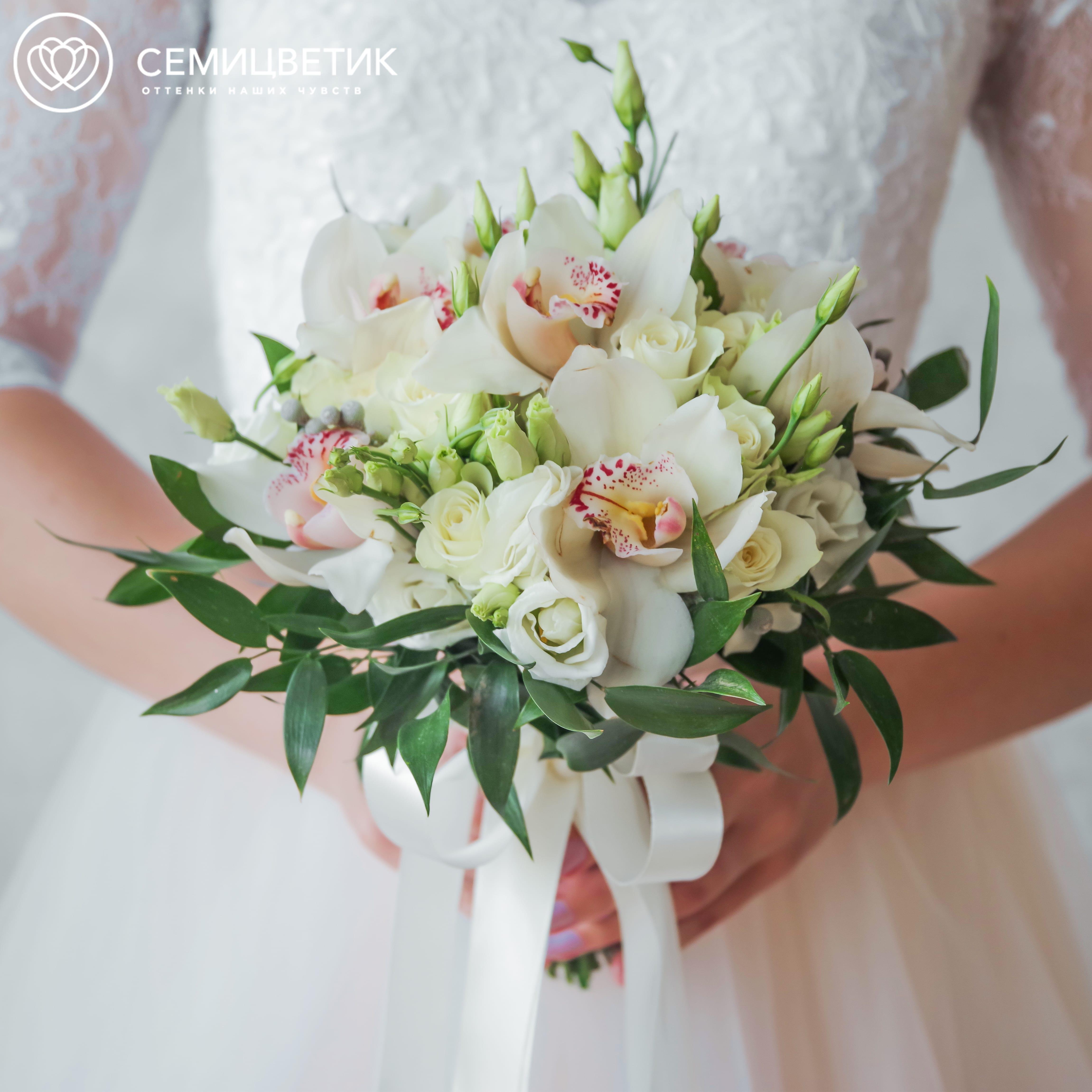Свадебный букет из орхидеи, лизиантуса и белых роз фото