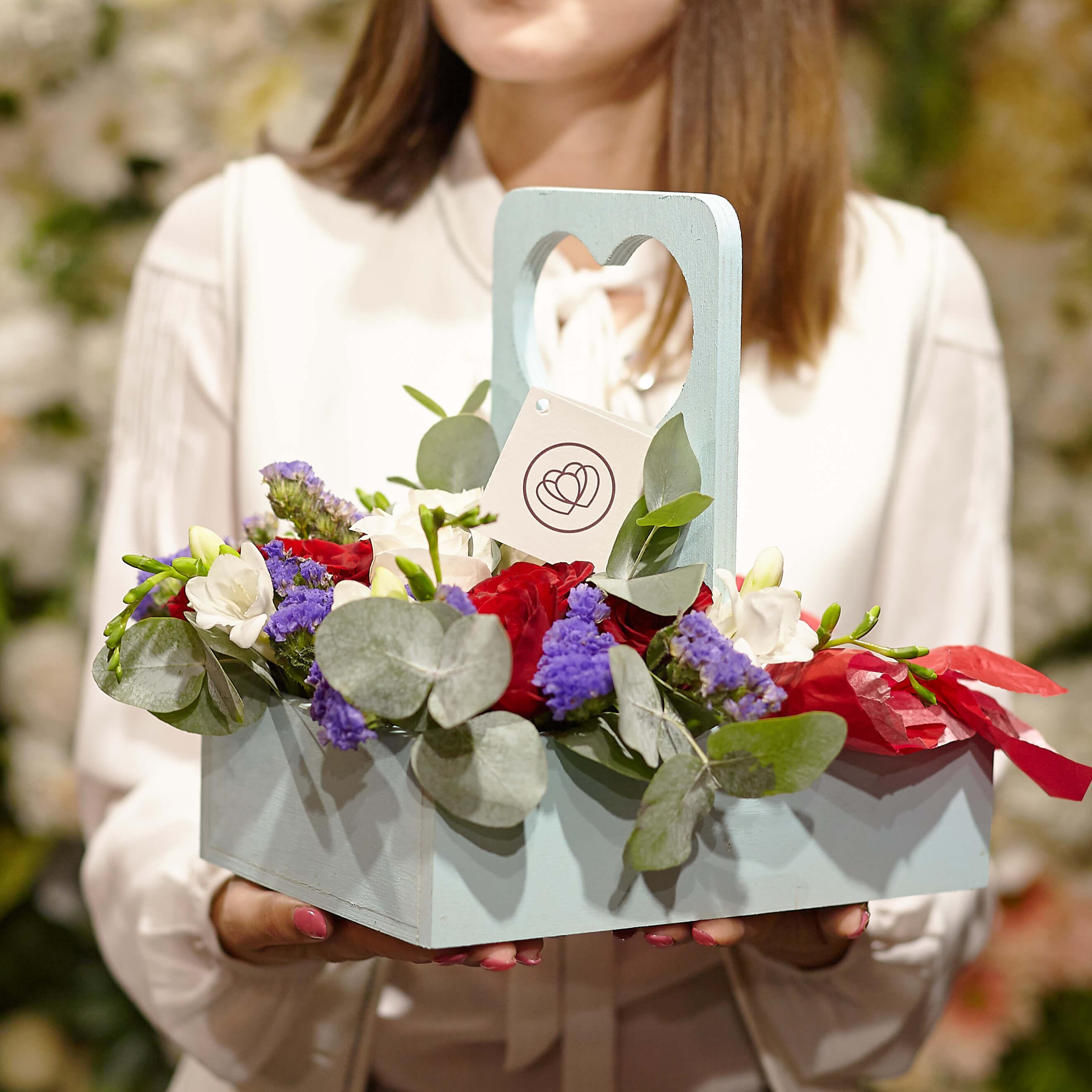 Деревянный ящик с 5 красными, 3 белыми розами и Raffaello фото