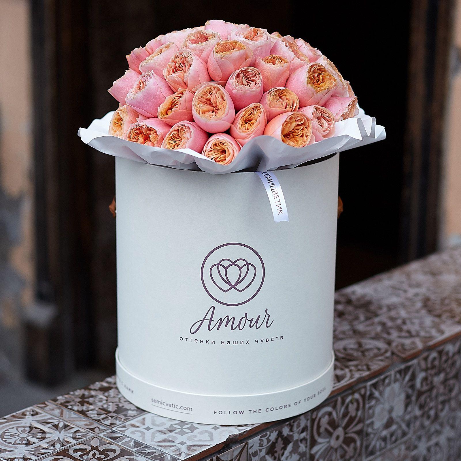 Букет в белой шляпной коробке Amour из 35 пионовидных роз Vuvuzela фото