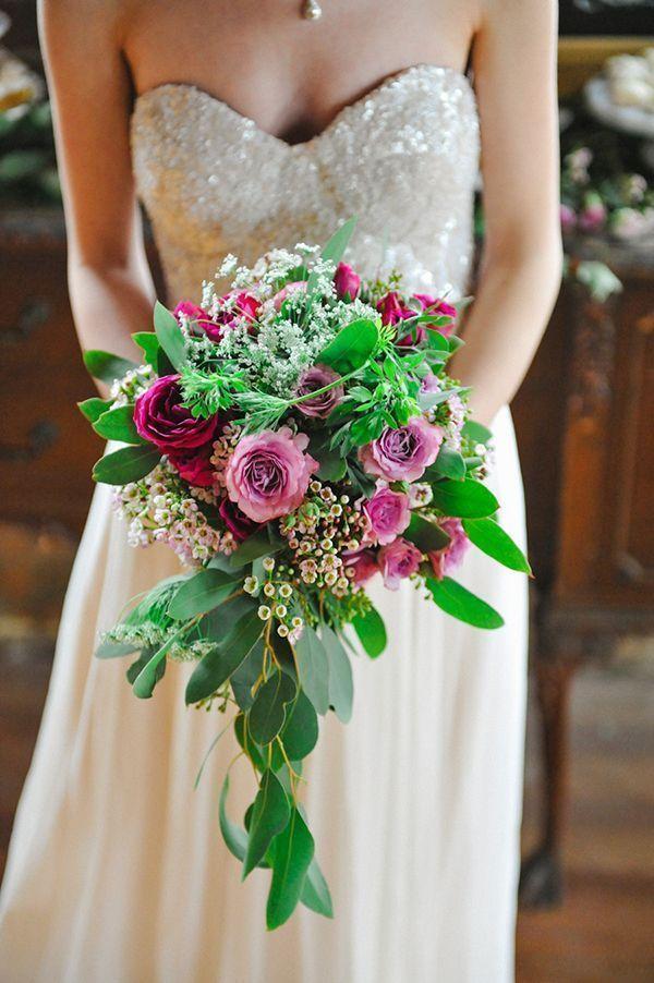 Свадебный букет из роз, ваксфлауэрса и эвкалипта фото