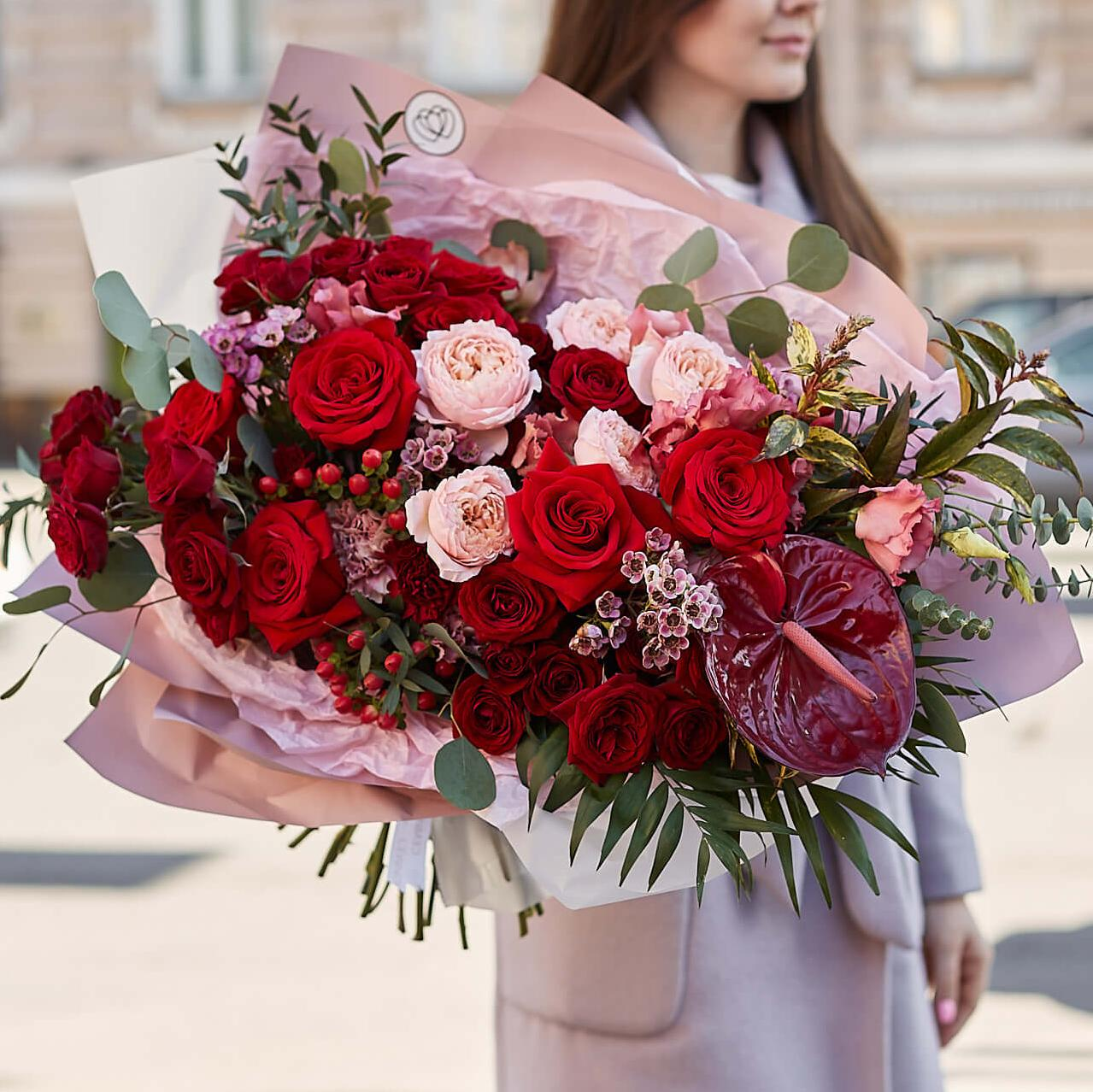 Красный букет с пионовидными розами и антуриумом