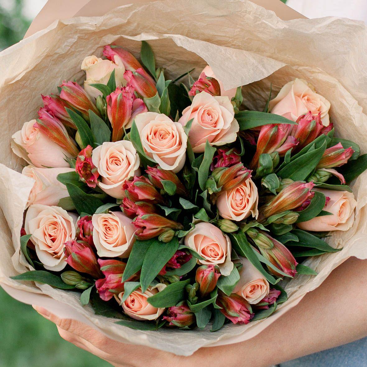 15 персиковых роз (Кенийская) Standart и 7 красных альстромерий фото