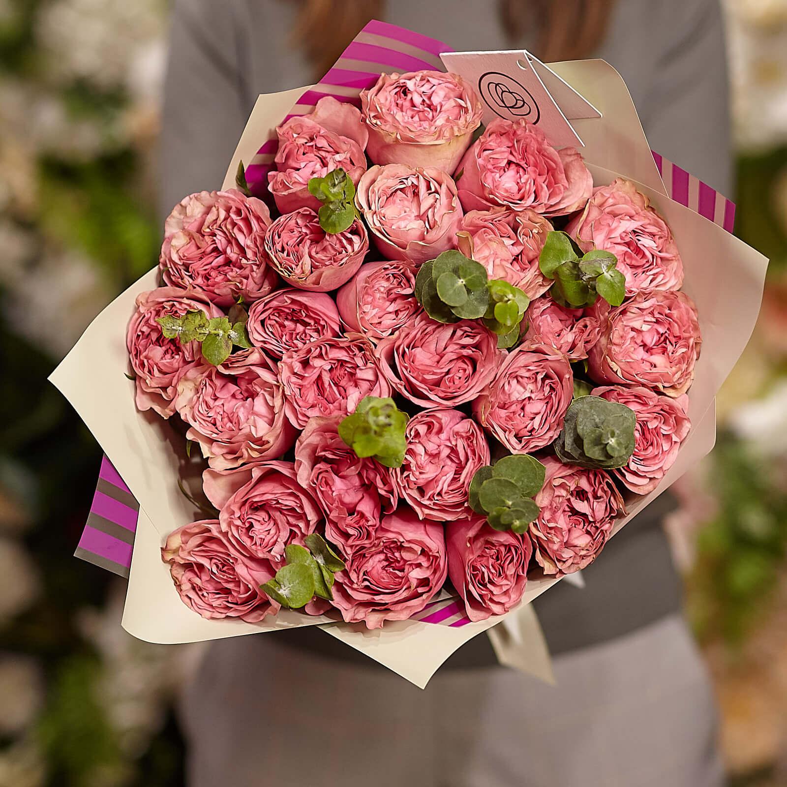 25 пионовидных роз Love Me Tender 40 см с зеленью фото