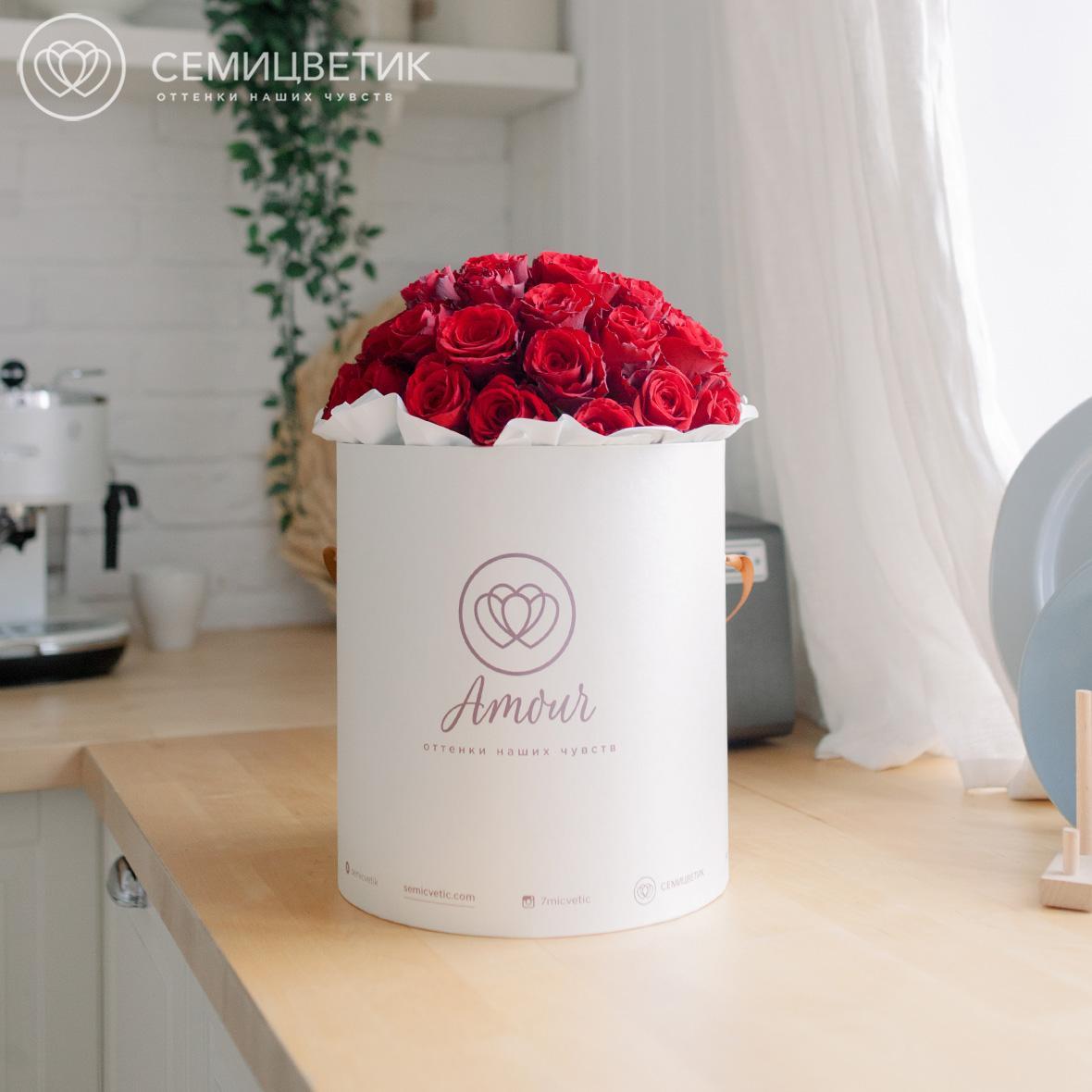 Шляпная коробка Amour с 45 красными розами Premium фото
