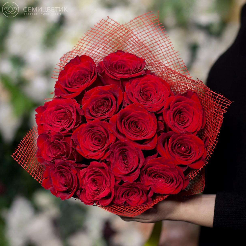 Букет из 15 красных роз Freedom 50 см в натуральной упаковке фото