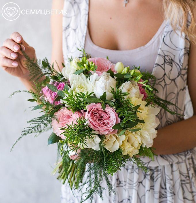 Свадебный букет из георгинов, фрезии и пионовидных роз фото