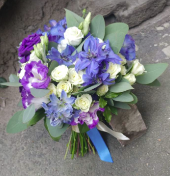 Свадебный букет из кустовой розы, лизиантуса и дельфиниума фото