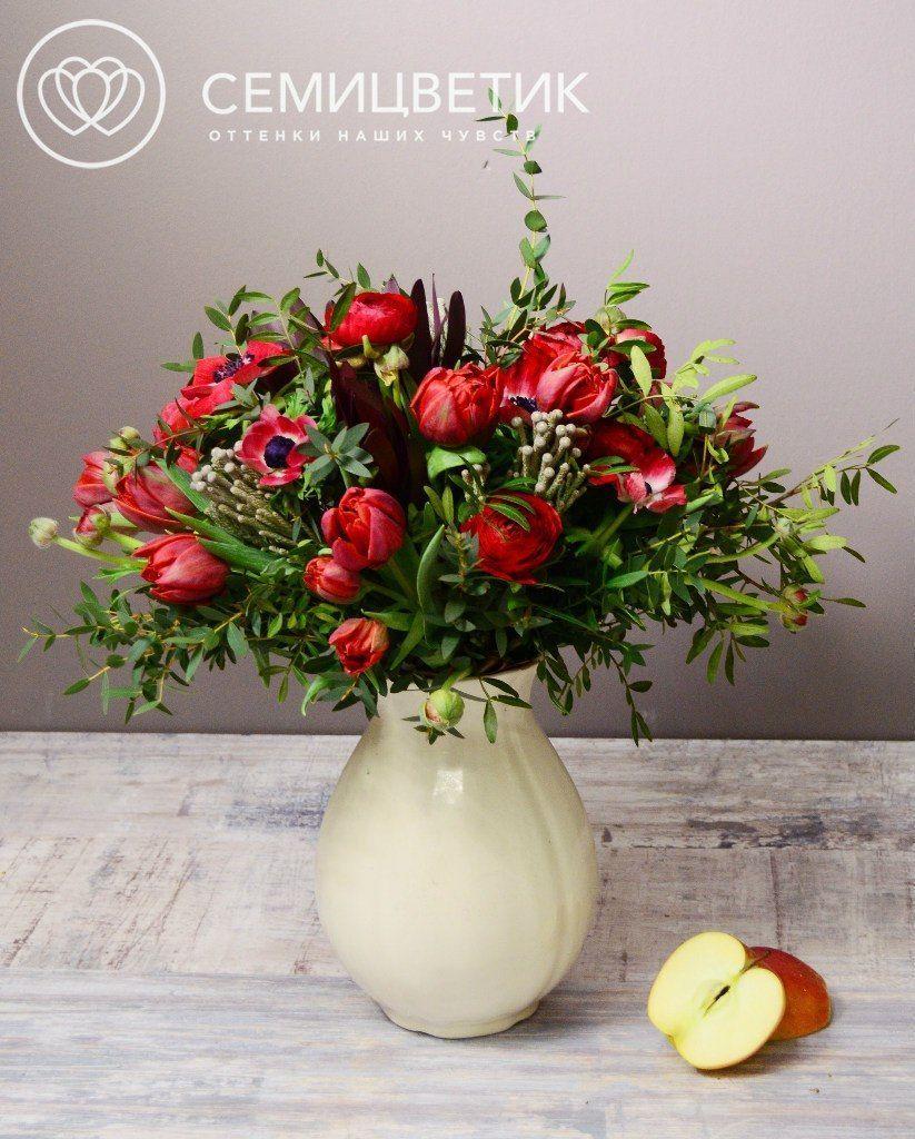 Букет из анемонов, тюльпанов и леукодендрона фото