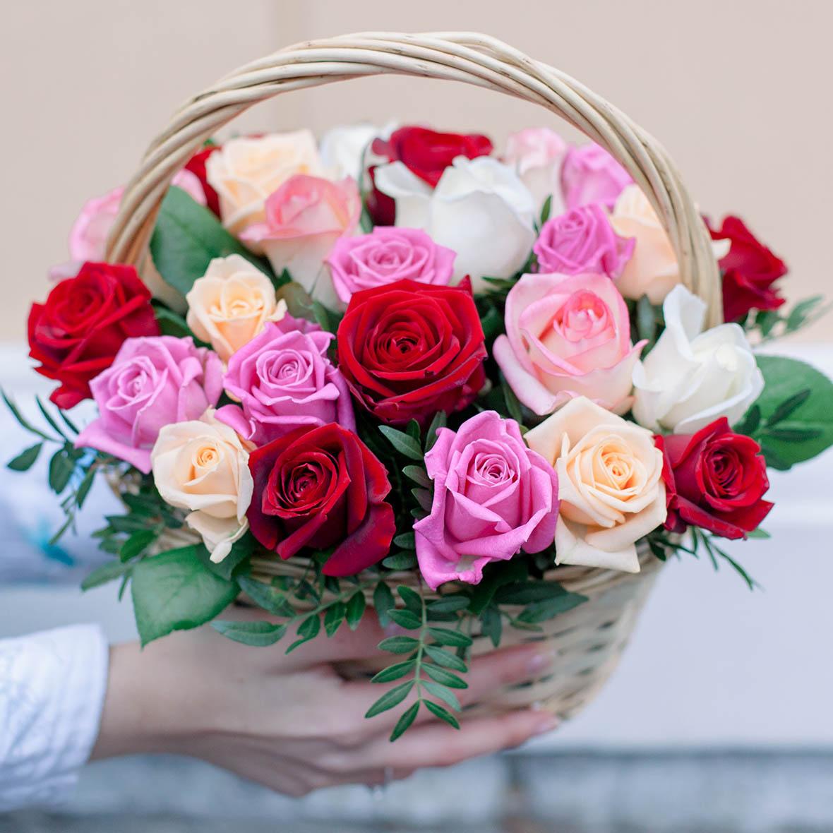 25 роз микс с зеленью в корзине фото