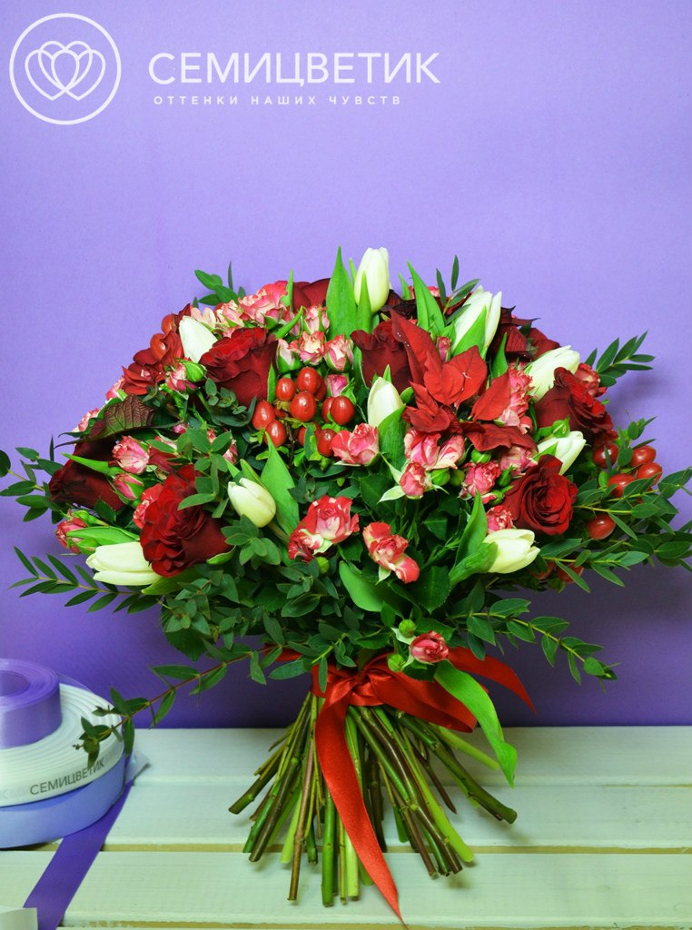Букет из розы кенийской, кустовой розы и хиперикума фото