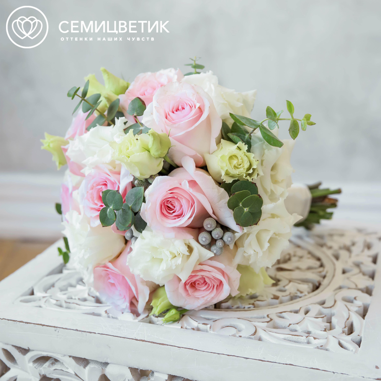 Свадебный букет из розовых роз, брунии и лизиантуса фото