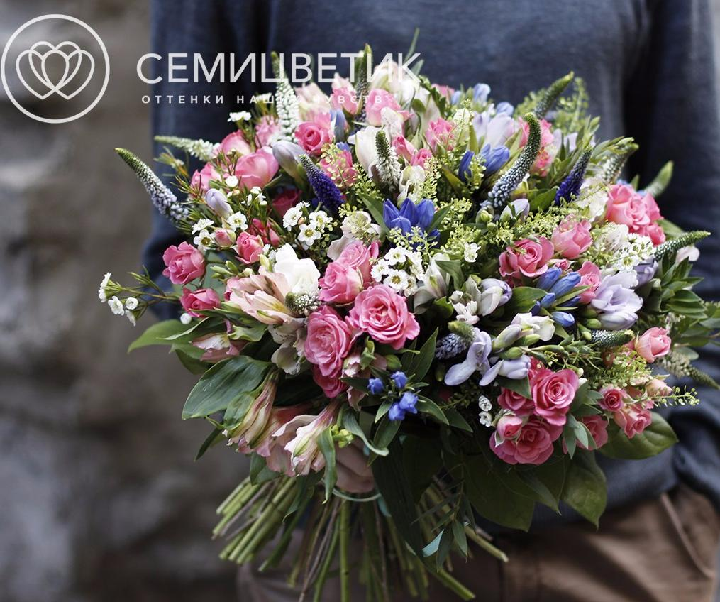Букет с розой, гентианой, вероникой и альстромерией фото