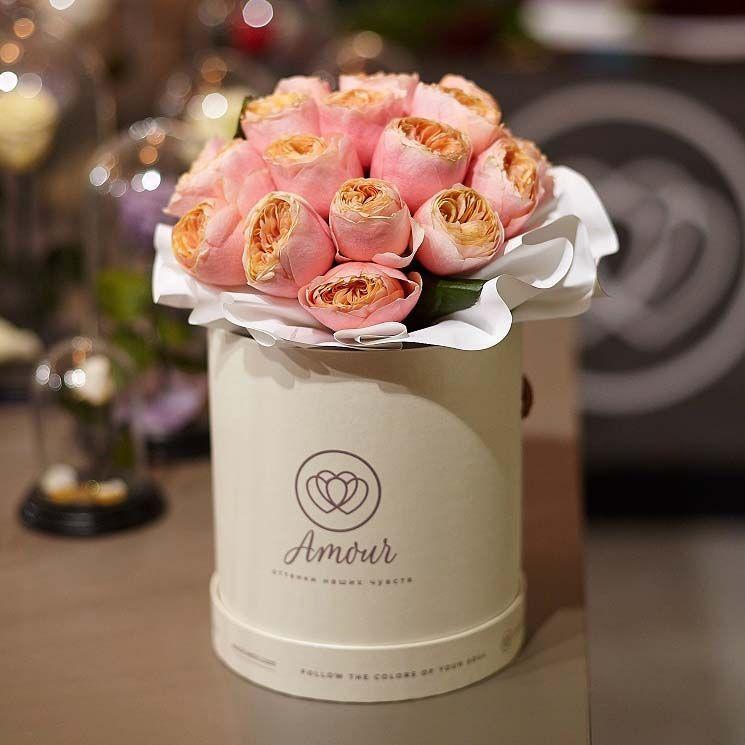 Букет в белой шляпной коробке Amour Mini из 25 пионовидных роз Vuvuzela фото