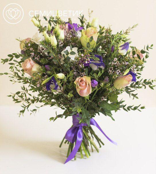 Букет из роз кенийских, фрезии и лизиантуса фото