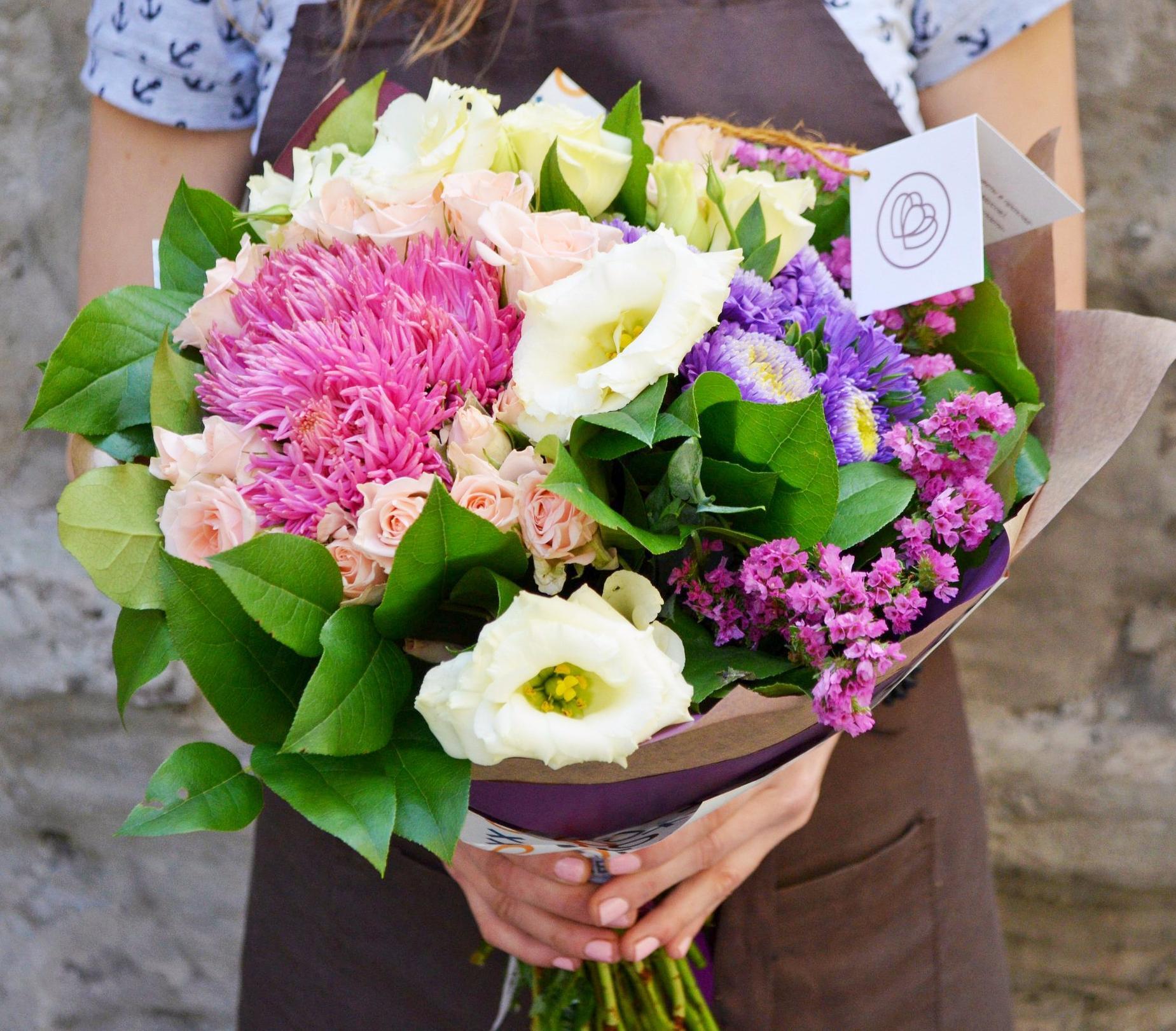 Букет из розовой астры, лизиантуса и кустовой розы фото