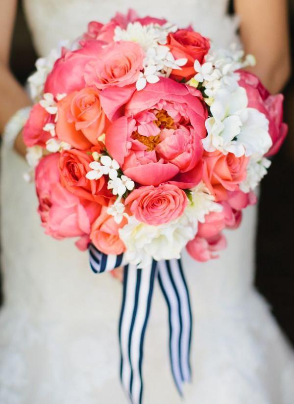 Свадебный букет из пионов, бовардии и роз фото