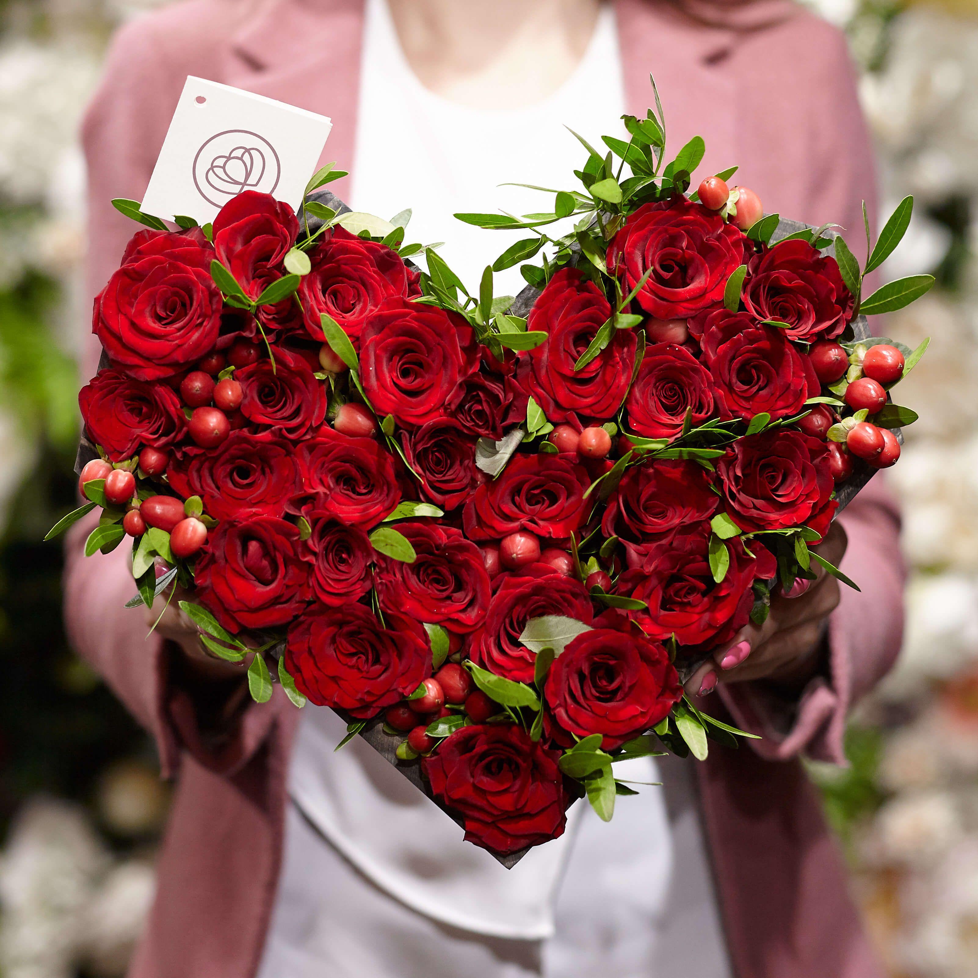 Композиция сердце из 27 красных роз и хиперикума фото