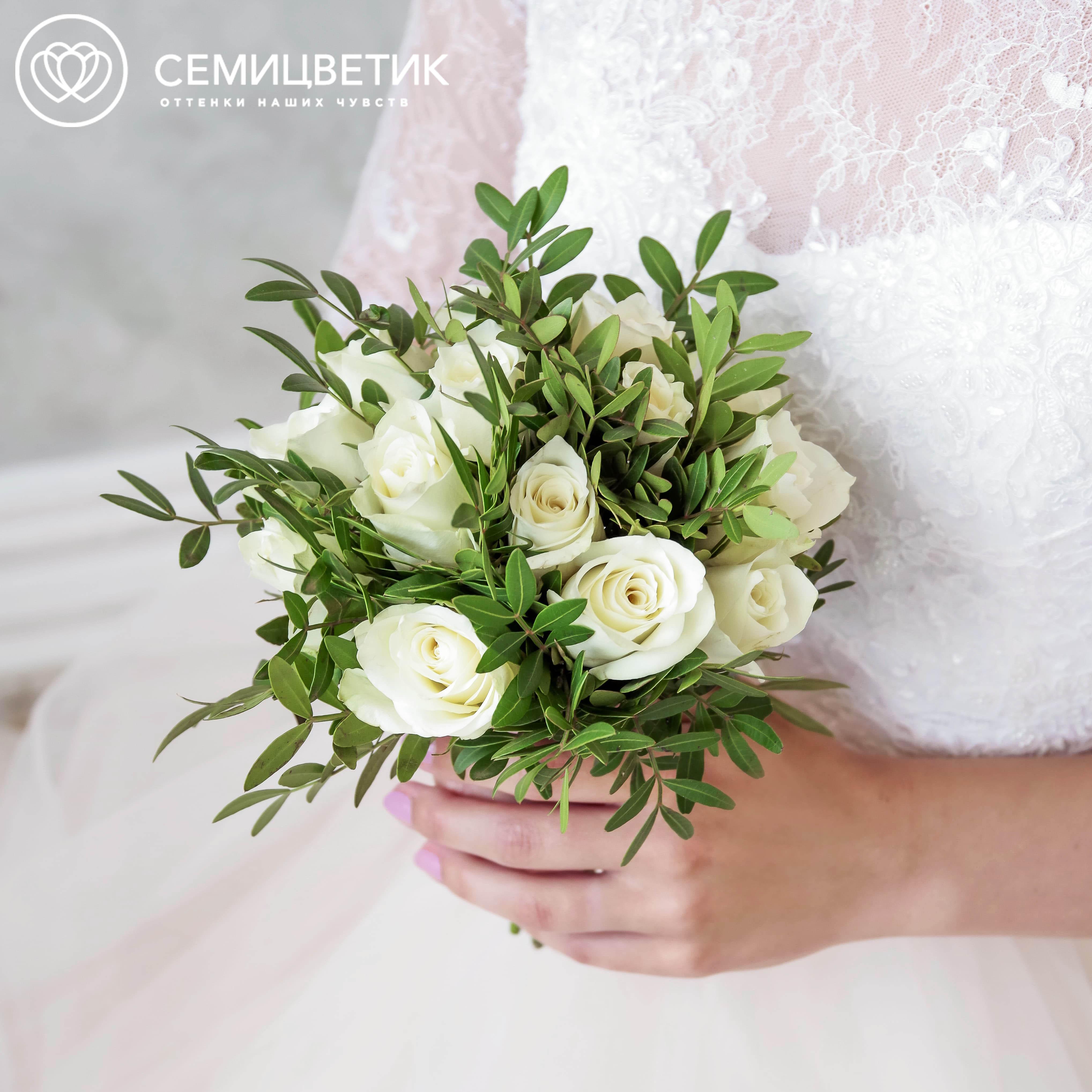 Свадебный букет из кенийской розы и зелени фото