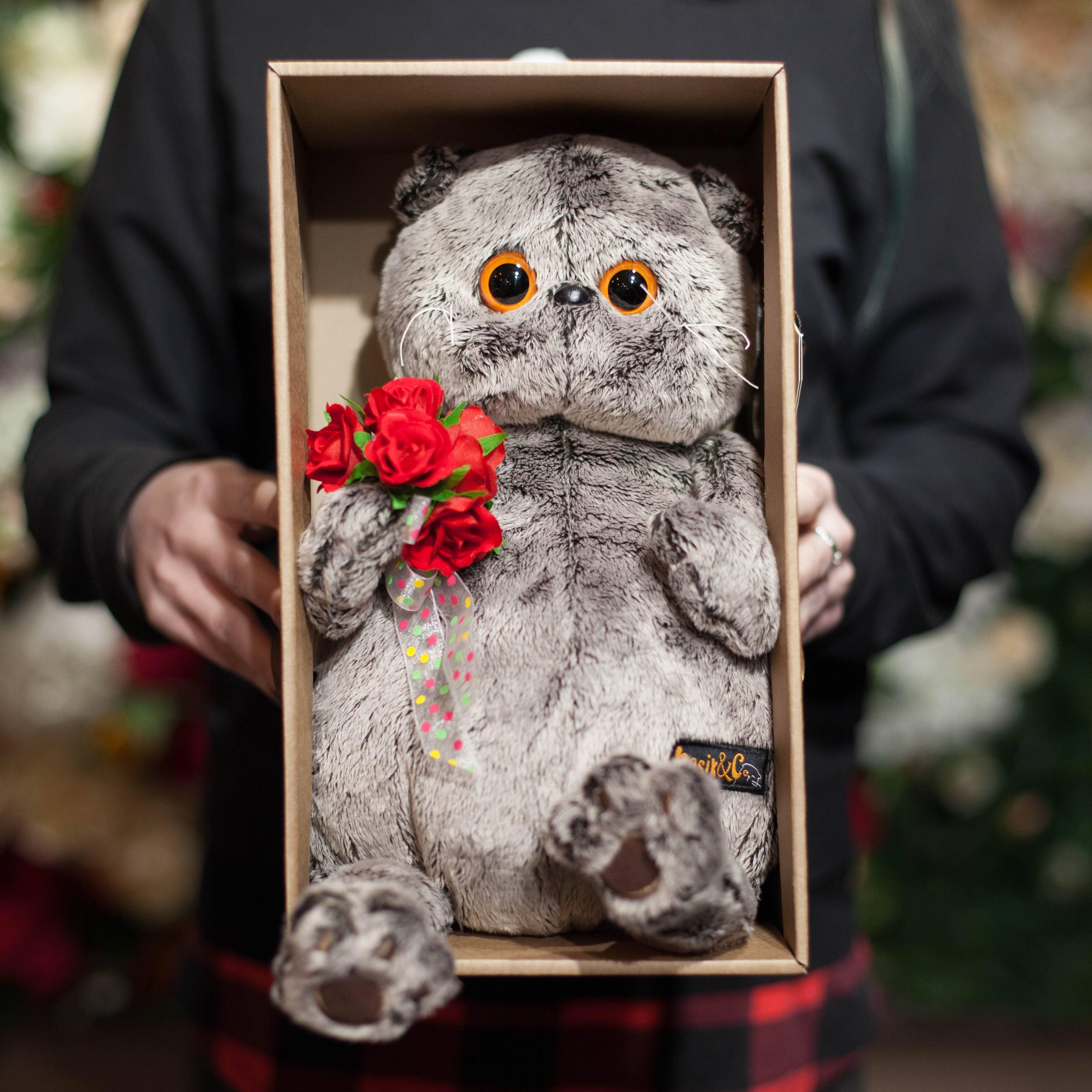 Басик с букетом красных роз 19 см фото