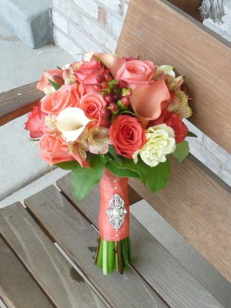 Свадебный букет из роз, калл и хиперикума фото
