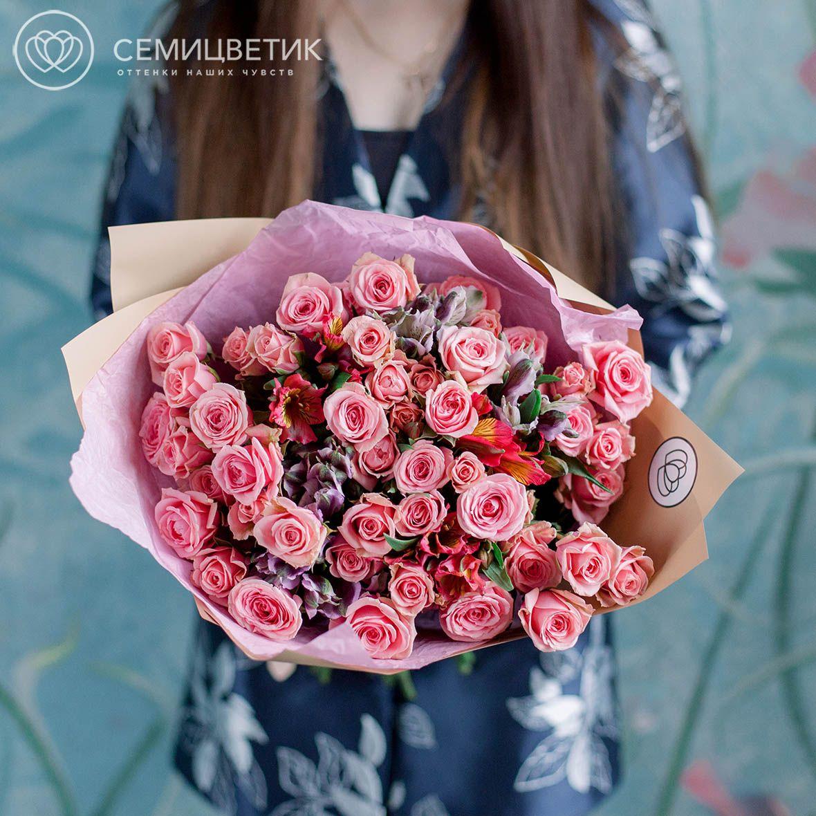 10 кустовых розовых роз и 5 альстромерий фото