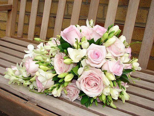 Свадебный букет из роз, фрезии и орхидеи дендробиум фото