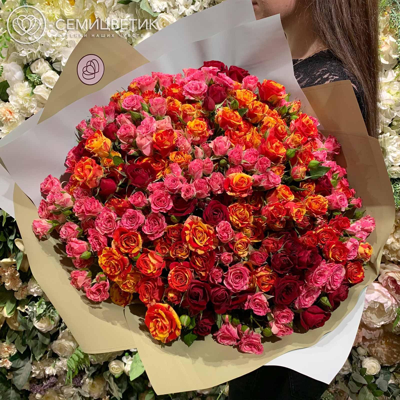 Букет из 51 кустовой розы 40 см микс в нежных тонах в дизайнерской пленке фото