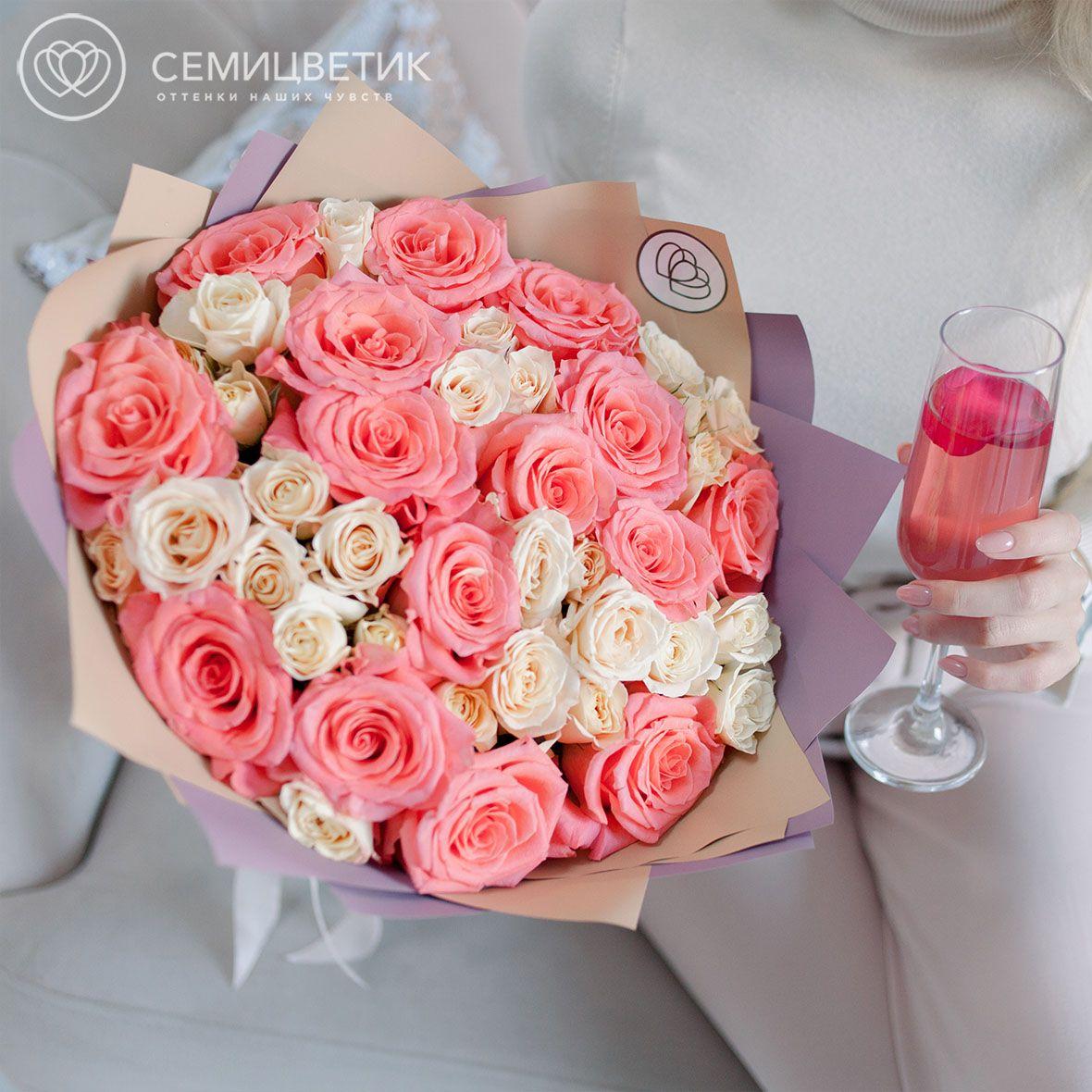 15 розовых роз и 7 кремовых кустовых роз фото