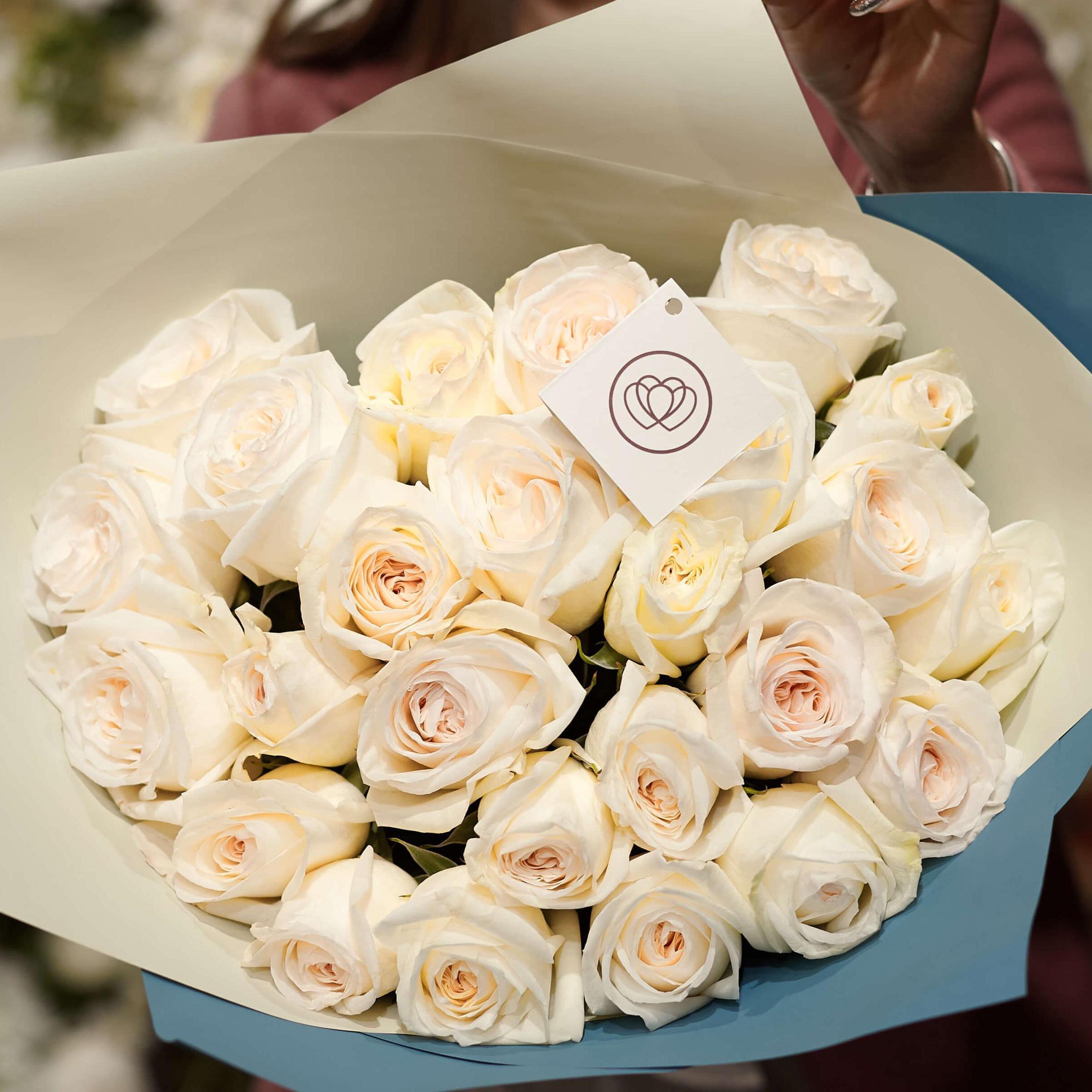 25 пионовидных роз White O'Hara 40 см в дизайнерской упаковке фото