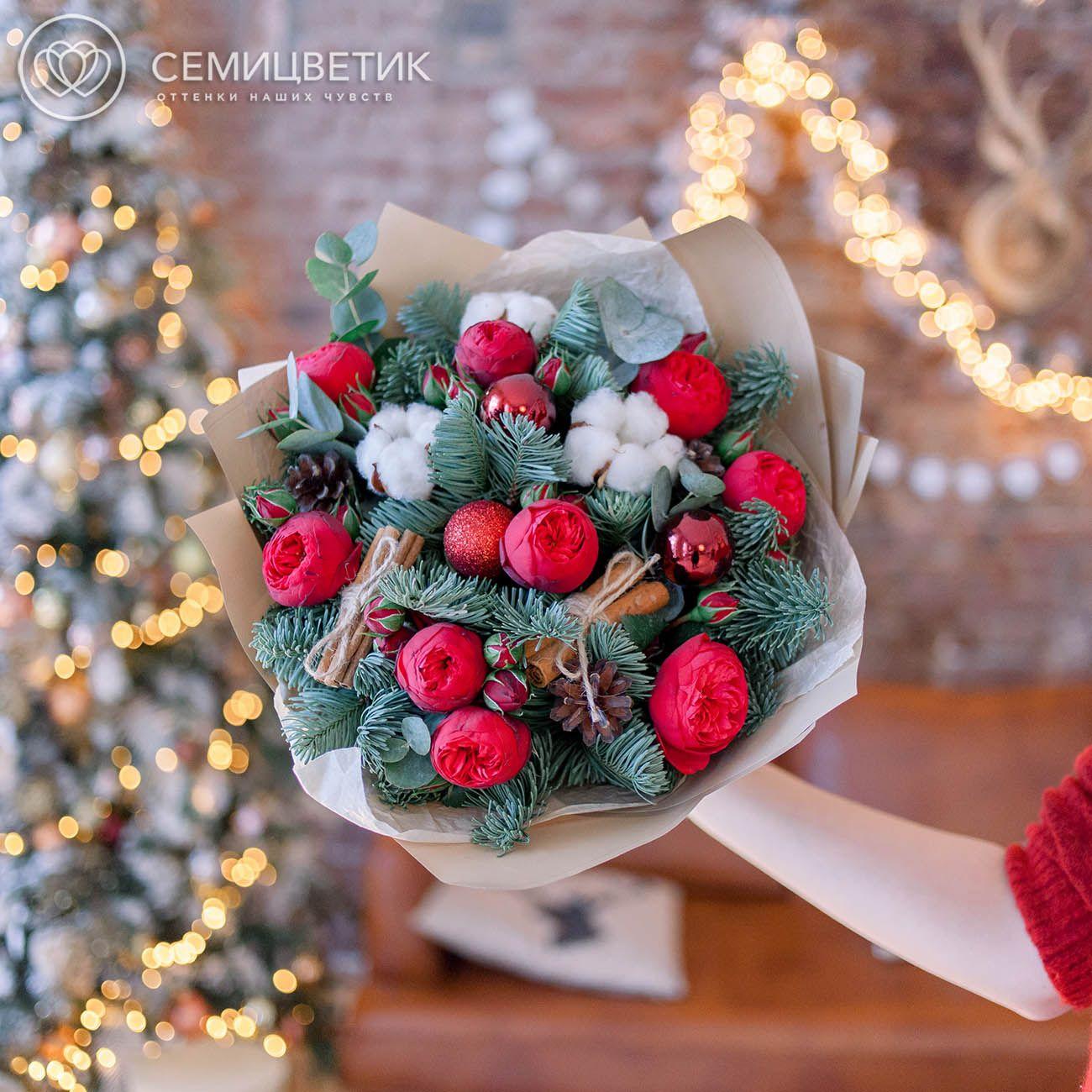 9 пионовидных роз Red Piano с елью и хлопком фото