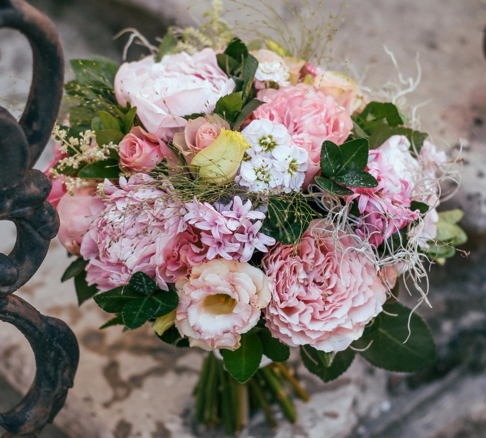 Свадебный букет из пионов, гиацинта и лизиантуса фото