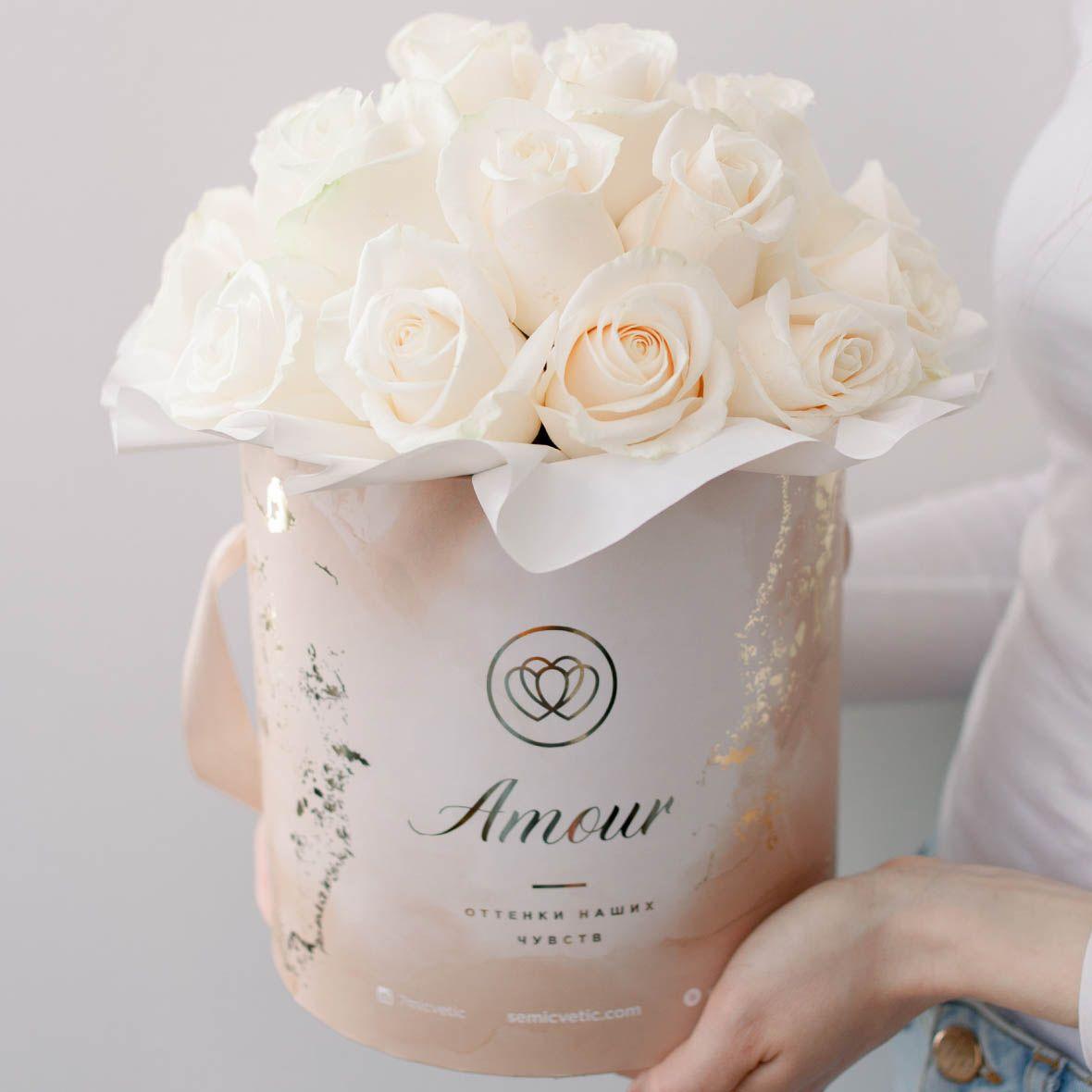 Букет в бежевой шляпной коробке Amour Mini из 25 белых роз (Эквадорская) Vendela фото