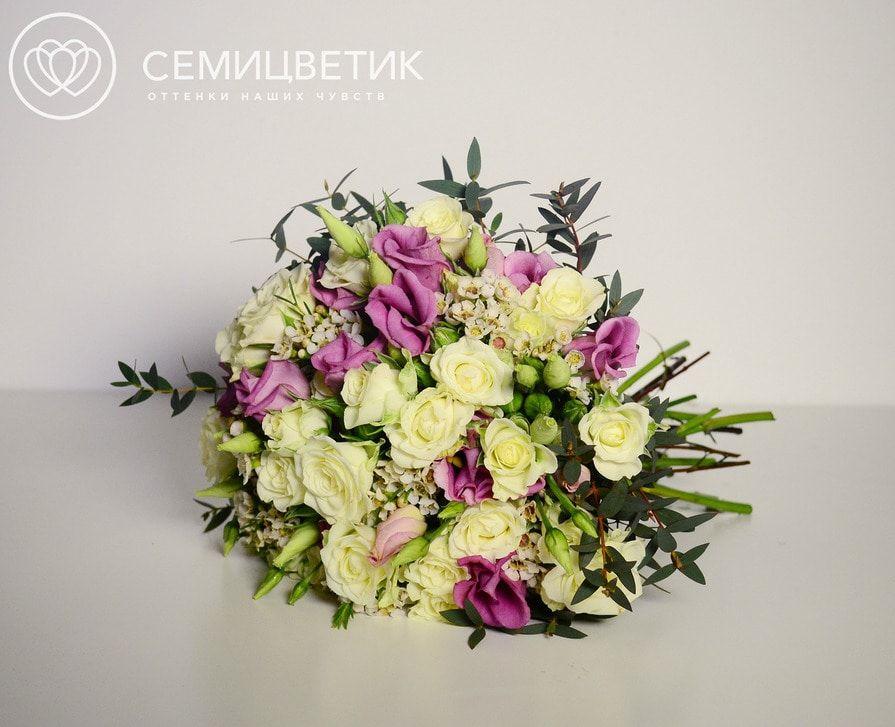 Свадебный букет из кустовой розы и лизиантуса фото
